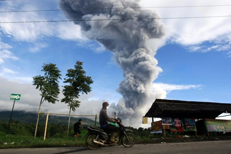Sinabung Yanardağı patladı!