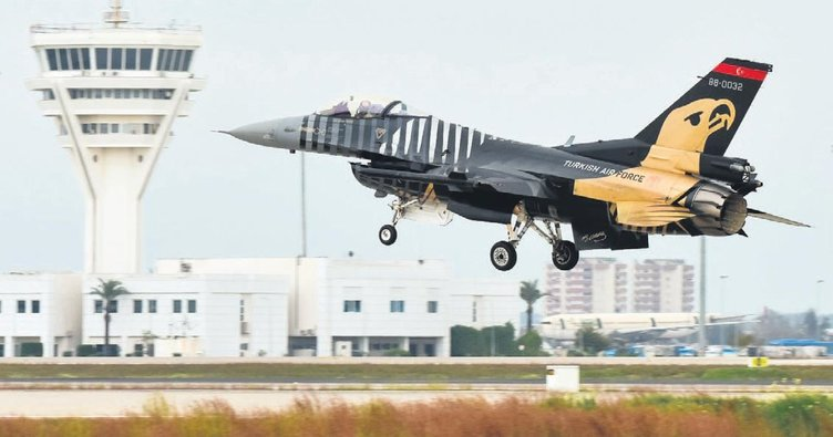 Solotürk yavaş uçuş rekoruyla Afrin şehitlerini selamladı