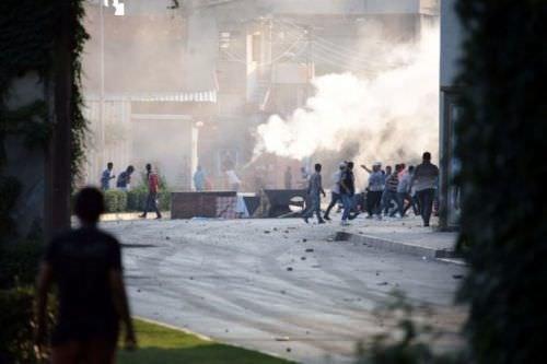 Yüzü maskeli göstericiler polise ateş açtı!