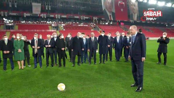 Cumhurbaşkanı Erdoğan İzmir Göztepe Gürsel Aksel Stadı'nda Alpay Özalan'a şut çekti | Video