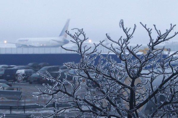 Havalimanında mahsur kalan yolcular isyan etti...