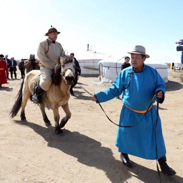 Bakan Moğol kıyafeti giydi