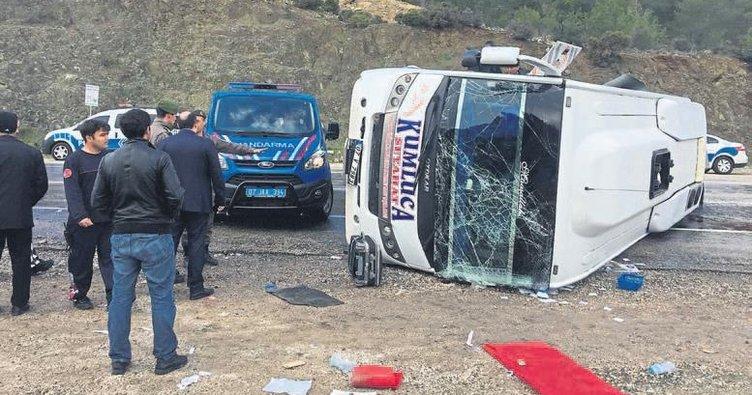 Midibüs devrildi 10 kişi yaralandı