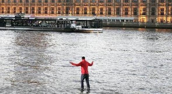 Nehrin üzerinde yürüyordu! Tanınmaz hale geldi...