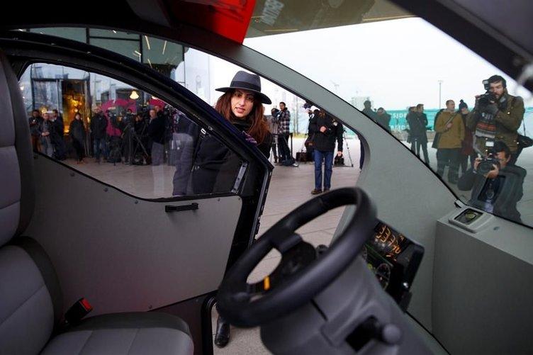 Sürücüsüz otomobiller basına tanıtıldı