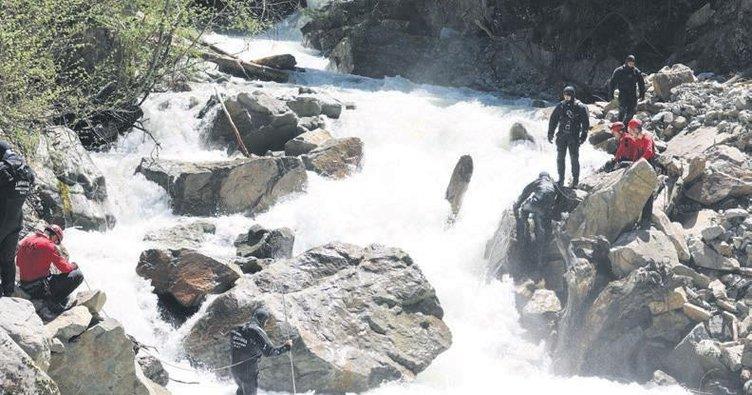 Kayıp gazeteciyi arayan askerler suya kapıldı: 2 şehit