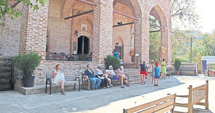 Tarihi camiye turist ilgisi