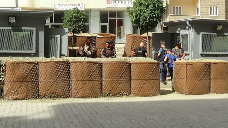 Şemdinli'de polise saldırı