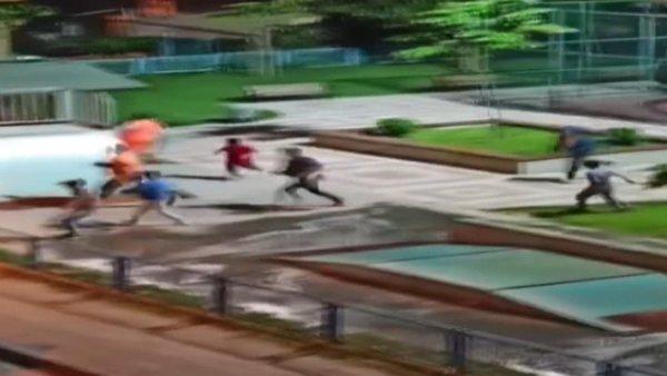 İstanbul'da polis sirenini duyan çocukların yaşadığı çılgın panik anları kamerada | Video
