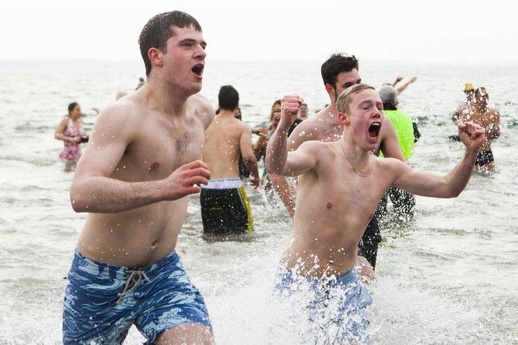 Kışın ortasında soğuk sulara daldılar