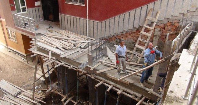 Yer altındaki su sızıntısı 13 katlı binanın kaymasına yol açtı