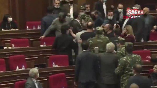 Ermenistan Meclisi'ndeki tekme tokat Azerbaycan tartışması kamerada | Video