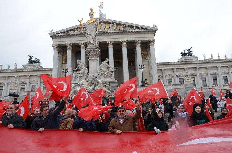 Avusturya'da 'Teröre Lanet, Demokrasiye Davet' mitingi!