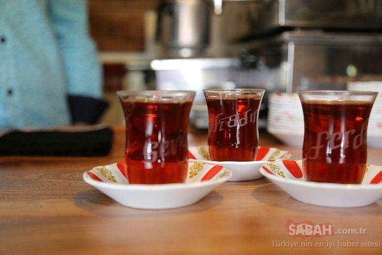 Erzurum'daki çay ocağının müdavimleri özel bardaklarla çay içiyor
