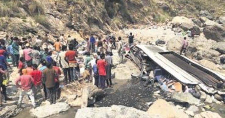 Hindistan'da otobüs nehre uçtu: 44 ölü