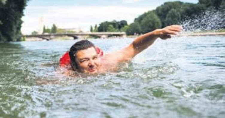İşe her gün 2 km. yüzerek gidiyor