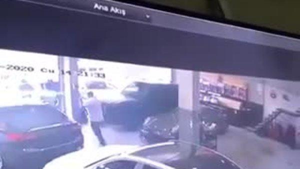 Otomobil galerisinde deprem anı kameralara yansıdı   Video