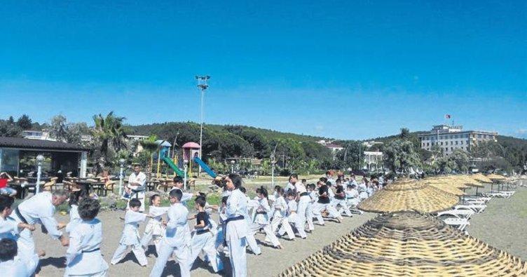 Genç karateciler plajda çalıştı