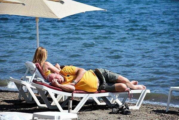 Marmarisliler sıcak havanın keyfini sahilde çıkardı