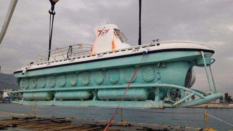 Türkiye'nin ilk turistik denizaltısı denize indirildi