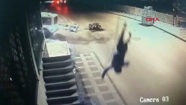 İstanbul'da motosikletteki yolcunun metrelerce havaya fırladığı korkunç kaza kamerada | Video