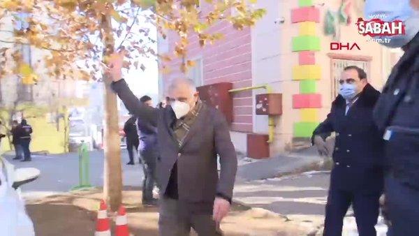 HDP'li milletvekili 'Evlat Nöbeti' tutan ailelere zafer işareti yaptı, ortalık karıştı! Evlanı isteyen baba fenalaştı | Video