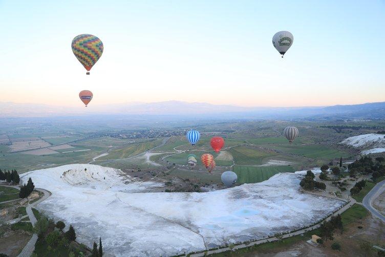 Pamukkale'de balonlar 153 bin kişiyi uçurdu