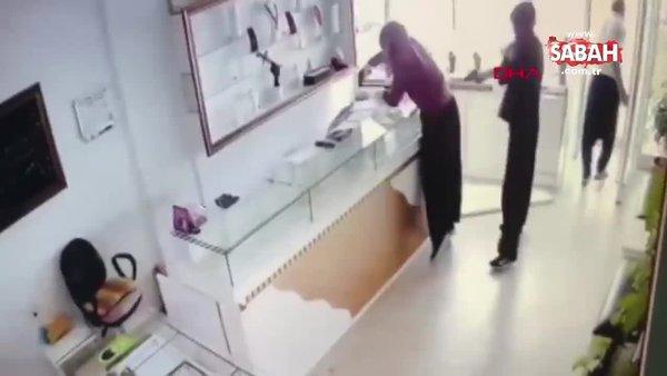 Film gibi soygun! Adana'da kadın kılığındaki hırsızların kuyumcu soygunu kamerada | Video