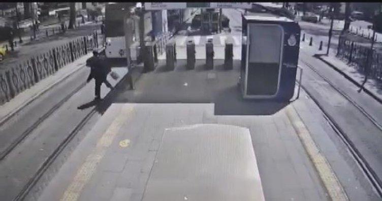 Haseki'de tramvay durağında raylara atlayan kişi kamerada
