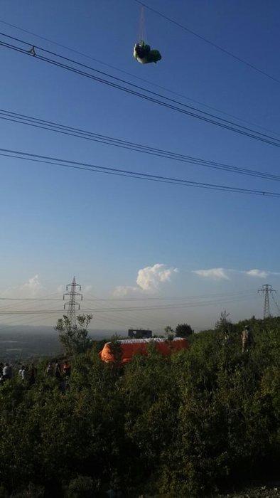 Yüksek gerilim tellerinde asılı kalan paraşütçü