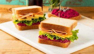 Pancar soslu, tulum peynirli ve hindi fümeli sandviç