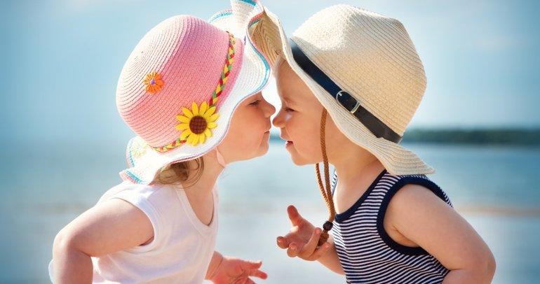 Bebeğinizin 12.ay gelişimi: Yaşıtlarıyla oyun oynamaktan zevk alır