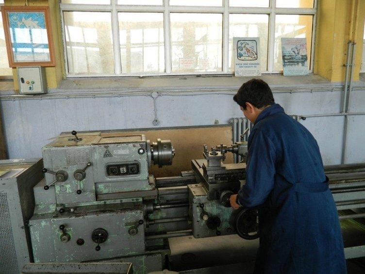 Fabrika gibi okul! Öğrenciler hem eğitim görüyor hem de üretip para kazanıyor...