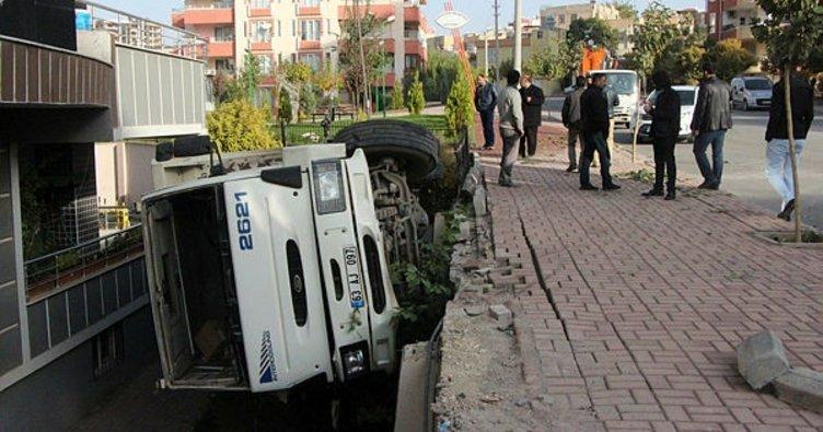 Şanlıurfa'da freni boşalan kamyon apartman bahçesine girdi