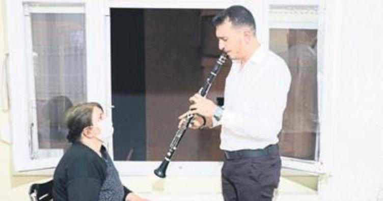 Anne oğulun balkon konseri moral veriyor