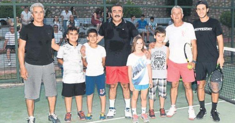 Başkan Çetin, milli tenisçiyle korta çıktı