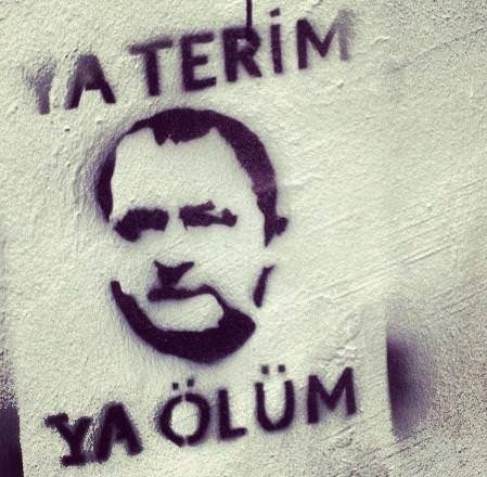Duvarlara yazılmış tribün sloganları güldürüyor!.