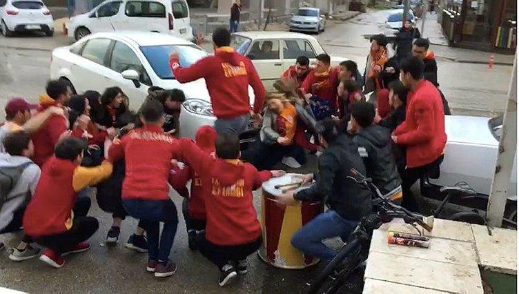 Kaza yapan araç, Galatasaray taraftarlarının arasına daldı!