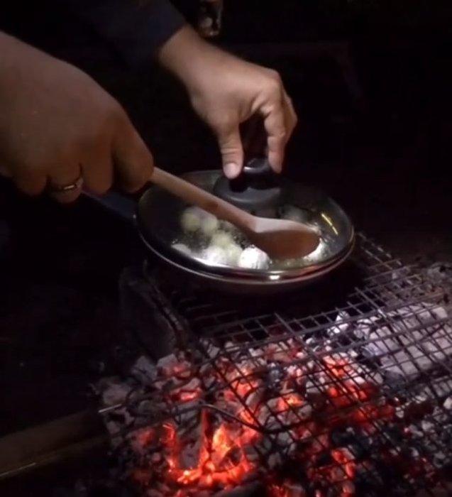 Kampa giden Kıvanç Tatlıtuğ'un mangalda yumurta pişirdiği görüntülere beğeni yağdı