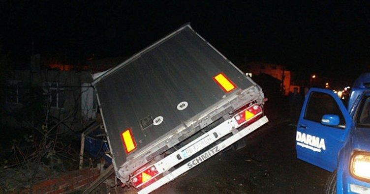 Çanakkale'de yoldan çıkan tır elektrik direklerine çarptı