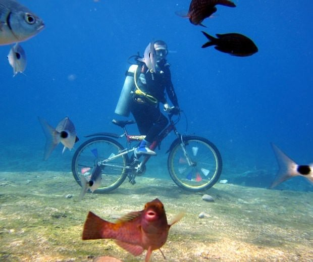 Dalgıçların deniz dibinde bisiklet keyfi