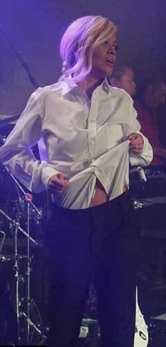 Sahnede striptiz yaptı