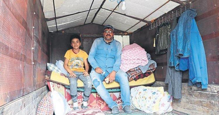 Depremde evi hasar gördü römorkunu çadıra çevirdi