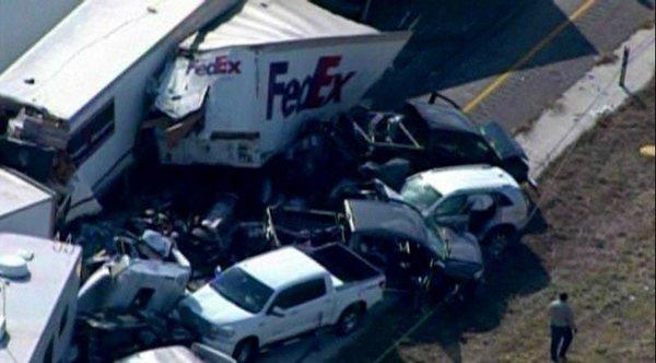 Texas'ta 140 araç birbirine girdi!