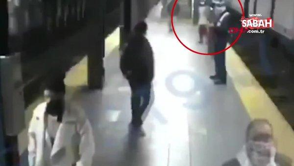 ABD New York'ta metro istasyonunda dehşet! Kadın yolcuyu raylara itti | Video