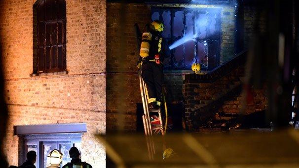 Londra'da yangın paniği! Alevler binayı sarıyor