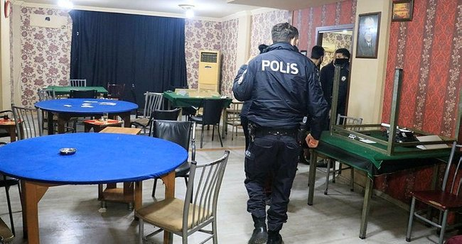 Adana'da gece yarısı kumarhane baskını: 3'ü kadın 28 kişiye para cezası kesildi ile ilgili görsel sonucu