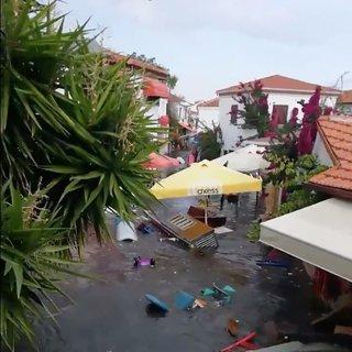 Son dakika: İzmir'de deprem!  Deniz taştı şoke eden görüntüler