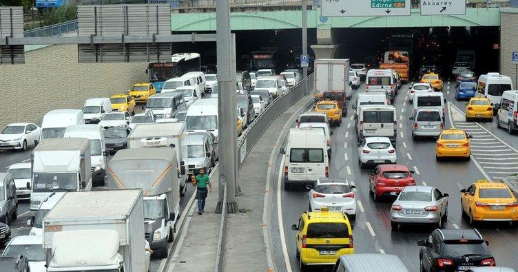 Yağmur nedeniyle kilometrelerce araç kuyrukları oluştu