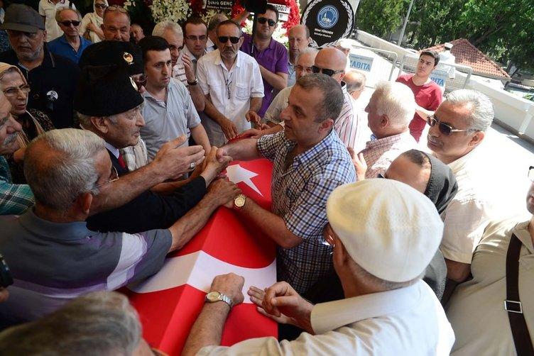 Yaşar Nuri Öztürk'ün cenazesi toprağa veriliyor